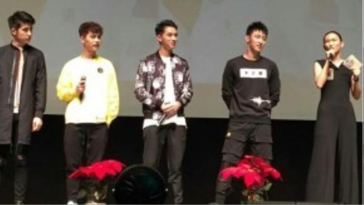 Các diễn viên chính trong buổi họp fan tại Thượng Hải.