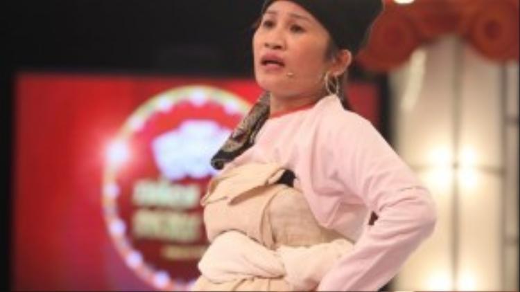 Cô gái dân tộc Lê Thị Dần.