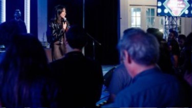 Suboi trình diễn ca khúc mới với khán giả Mỹ.
