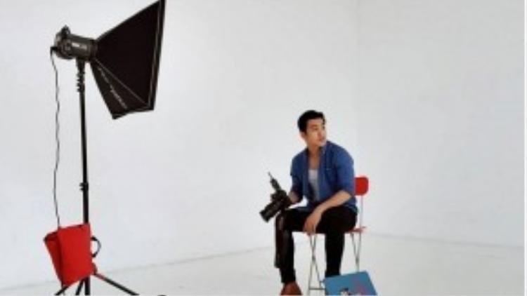 Nhiếp ảnh gia Thiên Minh trông cực menly với layer áo denim cùng tank-top trắng. Điểm nhấn là bốt da bò bụi phủi.