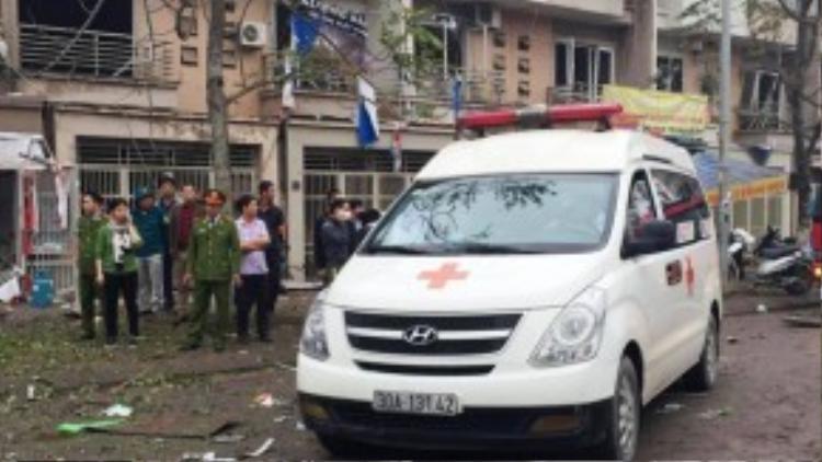 Thương tâm nhất là trường hợp một phụ nữ chở bé gái ngang qua ngôi nhà phát nổ, tử vong tại chỗ. Nhiều người bị thương nhanh chóng được chuyển đi cấp cứu.