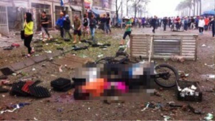 Vụ nổ kinh hoàng khiến 4 người tử vong và nhiều người xung quanh bị thương. Các nạn nhân được xác định là hai người đàn ông cưa vật liệu nổ trên cùng một phụ nữ và bé gái đi xe máy ngang qua.