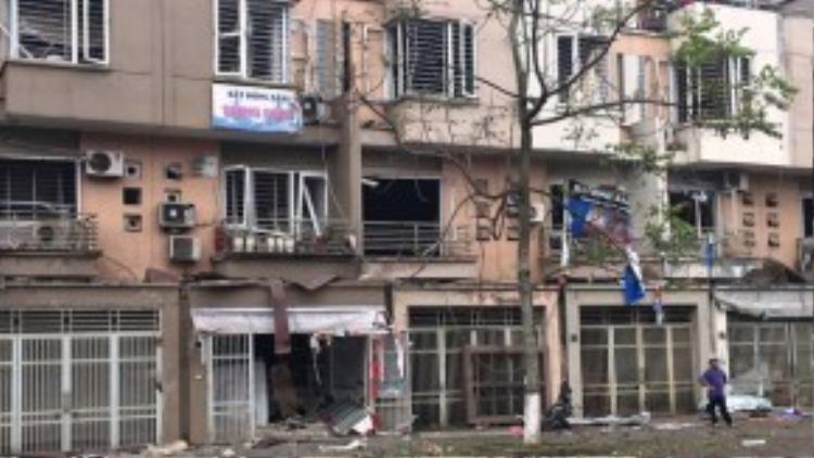 Nhiều người trong các ngôi nhà bị thương, mắc kẹt kêu cứu. Lực lượng cứu hộ Hà Nội triển khai công tác cứu người và giữ hiện trường.