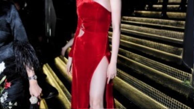Thiều Bảo Trang thu hút mọi ánh nhìn và thực sự trở thành tâm điểm khi diện bộ váy dài với sắc đỏ rực rỡ, nồng nàn. Thiết kế tạo điểm nhấn bởi những đường cắt xẻ táo bạo.