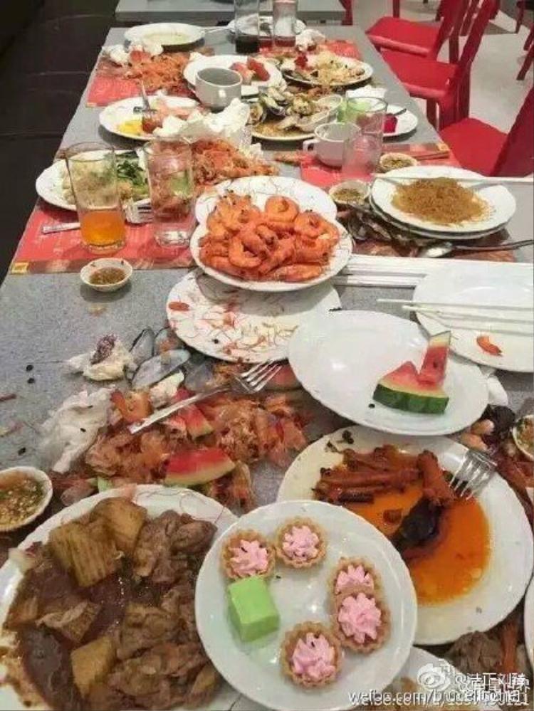 Hãi hùng cảnh khách Trung Quốc ăn buffet như đi hôi của
