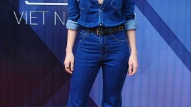 Combo 8: Jumsuit jean ống loe + giày gót nhọn + kính mắt mèo. Yến Trang đúng chất một fashionista đích thực với vẻ đẹp hiện đại pha chút retro cá tính. Hãy chú ý đến độ cao của giày cao gót khi bạn đi vừa vặn với chiều dài của bộ jumsuit bạn mặc để đánh lừa chiều cao một cách hiệu quả.
