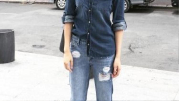 Combo 3: Áo sơ mi denim màu đậm + RIP jean màu sáng + giày gót nhọn ánh kim hoặc đen. Hạ Vi rất biết cách tập trung điểm nhấn vào chiếc quần RIP jean màu sáng. Một điều đáng học hỏi là cô nàng không sử dụng phụ kiện rườm rà tạo ra sự thoáng mắt cho người người nhìn.