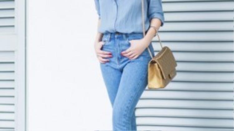 Combo 2: Hoàng Thùy Linh kết hợp áo sơ mi denim trơn cùng quần jean xắn gấu cùng tông. Điểm nhấn của cả bộ trang phục là chiếc túi xách Chanel màu nude. Phụ kiện phù hợp nhất với chất liệu denim chính là những sản phẩm làm từ da.