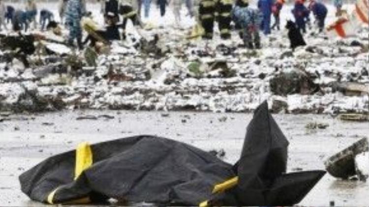 Lực lượng cứu hộ đã phải điều động cả những chú chó nghiệp vụ để tìm kiếm thi thể các nạn nhân xấu số. Trong ảnh: Thi thể 1 nạn nhân được đặt trong túi.