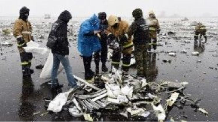 Những bức ảnh được chụp tại hiện trường cho thấy chiếc máy bay nổ tung thành từng mảnh vụn.