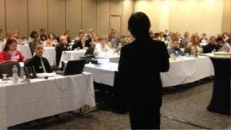 Trần Chánh Tiễn đi thuyết giảng tại nhiều nơi trên thế giới về phương pháp giảm cân của mình.