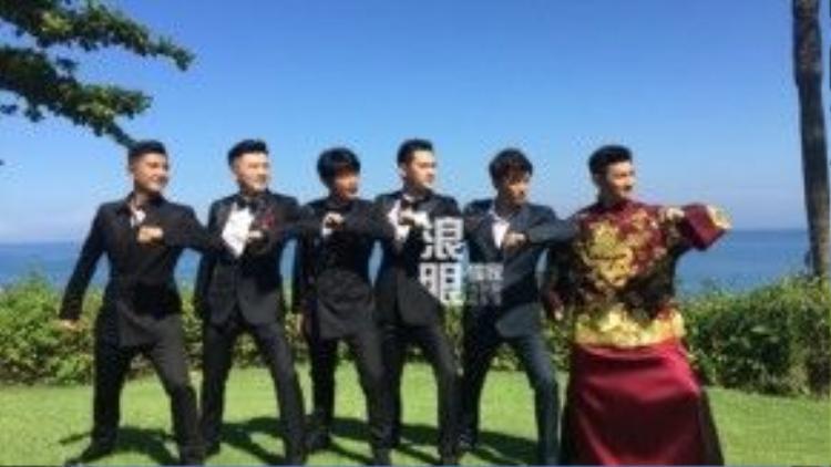 Ngô Kỳ Long tạo dáng bên dàn phù rể. Ngoài Tô Hữu Bằng, Trần Chí Bằng, Viên Hoằng, Tổ Tân, Mã Thiên Vũ cũng là phù rể của đám cưới.