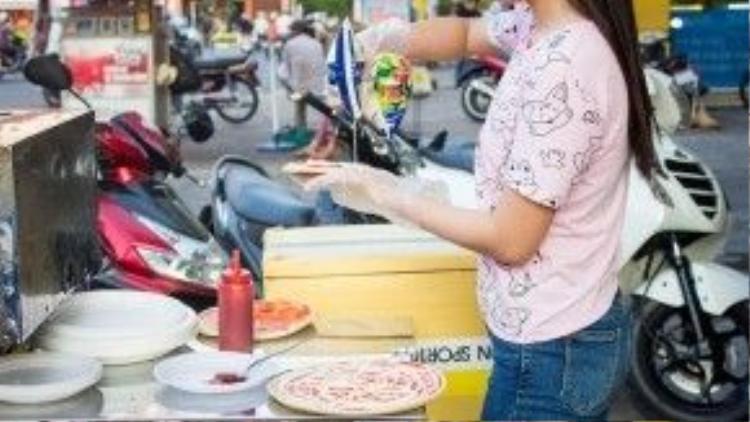 Vì bán trên vỉa hè nên bạn có thể dễ dàng tận mục sở thị quy trình làm bánh pizza. Rất thú vị!