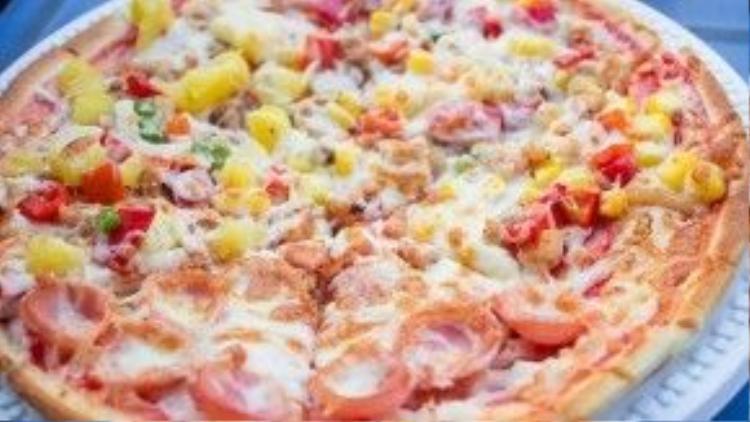 Trong ảnh là chiếc bánh pizza size lớn, gồm 3 vị là: hải sản, gà, xúc xích, có giá 100 nghìn đồng.