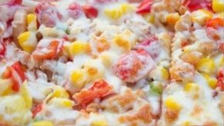 Cận cảnh chiếc pizza vỉa hè có chất lượng chẳng thua ngoài hàng là đây! Dường như phần phô mai được phủ lên trên đã khiến những loại topping có trên mặt bánh như thanh cua, gà xé, bắp, ớt chuông… thêm phần hấp dẫn khó cưỡng.