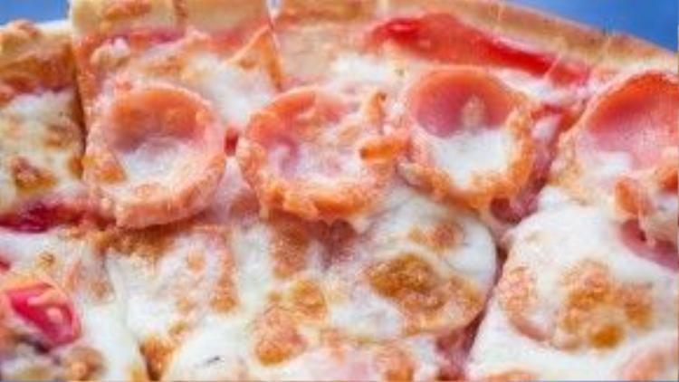 Pizza xúc xích cũng là một trong những món được nhiều bạn trẻ lựa chọn khi đến hàng pizza vỉa hè này.