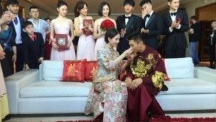 Lưu Thi Thi cũng dịu dàng bón đồ ăn cho chồng.