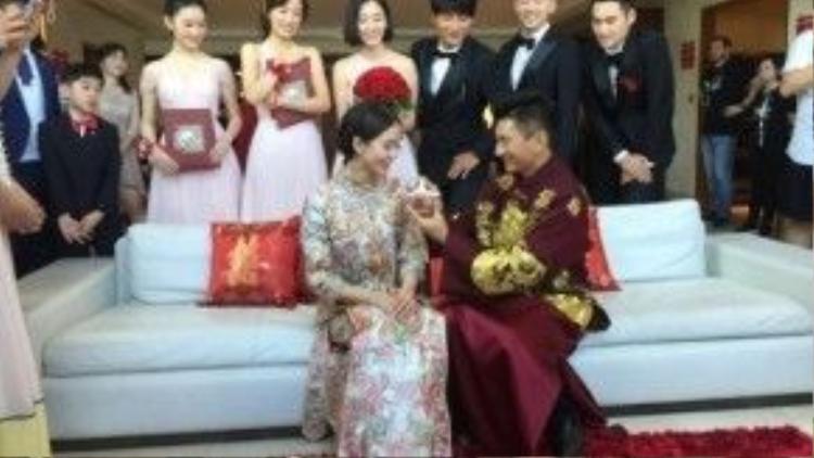 Chú rể tự tay bón cho cho cô dâu thức ăn - một phong tục với hàm ý vợ chồng chung sức chung lòng, có họa cùng chịu, có phúc cùng hưởng.
