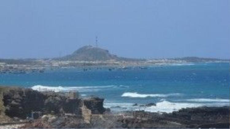 Ngay khi đặt chân lên cảng chính, bạn sẽ thấy ngay làn nước xanh và trong vắt của biển Phú Quý.