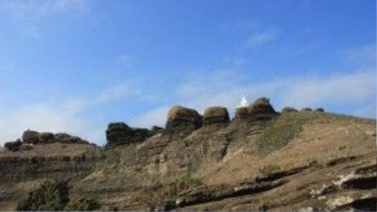 Núi Cao Cát, một trong hai ngọn núi trên đảo, có những tảng đá hình thù kì lạ.