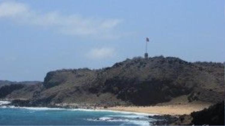Cột cờ Phú Quý đặt tại điểm xa nhất về phía đông của đảo.