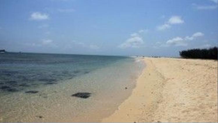 Triều Dương là bãi tắm đẹp nhất trên đảo, với bờ cát trắng mịn, trải dài, biển trong xanh và ít đá.