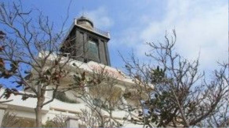 Ngũ Phụng cũng là nơi tọa lạc ngọn núi Cấm, ngọn núi cao nhất trên đảo. Trên núi còn có ngọn đuốc Bác và hải đăng Phú Quý.