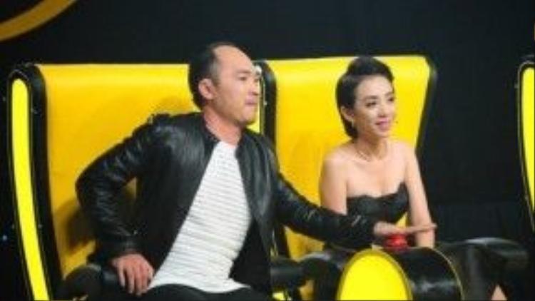"""Vợ chồng Thu Trang - Tiến Luật trên ghế huấn luyện viên """"Đấu trường tiếu lâm""""."""