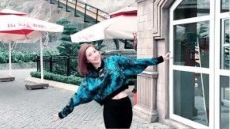 """Nếu theo dõi """"nhật kí street style"""" của người đẹp, sẽ dễ thấy Bảo Thy cực kì thích croptop. Sở hữu vòng eo con kiến cùng đôi chân thẳng, croptopvà legging khéo léo khoe được nét đẹp hình thể của cô nàng."""