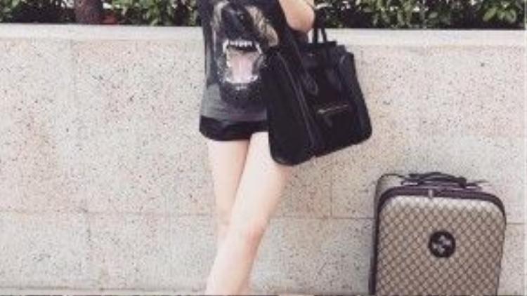 Dù diện các outfit lấy màu đen làm chủ đạo, người đẹp cũng không quen nhấn nhá bằng các họa tiết cực hổ-báo-cáo-chồn như chiếc T shirt cá tính này.