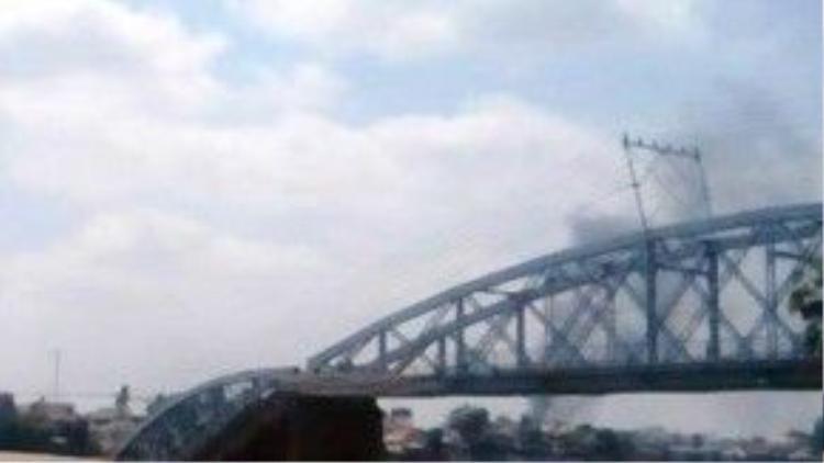 Cột khói từ vụ cháy chợ Hóa An nhìn từ cầu Ghềnh vừa sập trưa nay. Ảnh: Gia Bình.