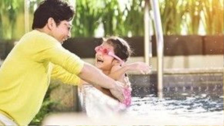 Bảo Sơn thường xuyên đưa con đi bơi.