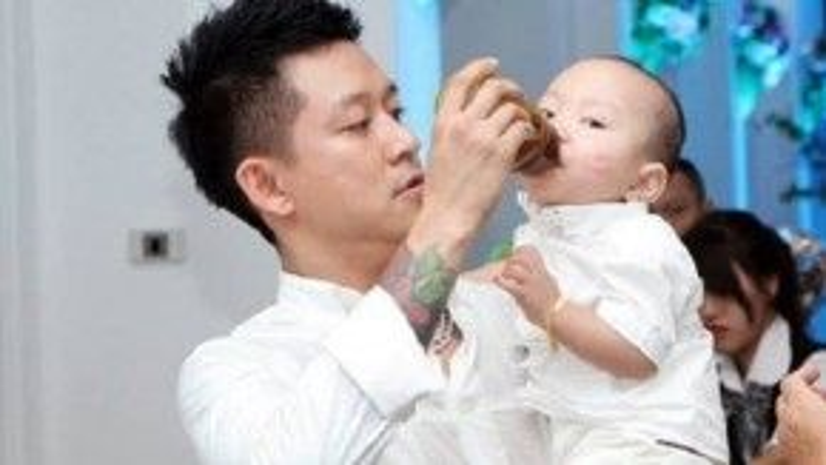 """Tuấn Hưng khiến fan """"gato"""" khi tự tay cho con sữa, cạo tóc và tắm cho con trai."""