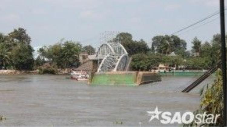 Gần 12h ngày 20/3, một sà lan tải trọng hàng trăm tấn bất ngờ đâm vào cầu Ghềnh khiến hai nhịp khung vòm sắt của cầu đổ sập xuống sông Đồng Nai.