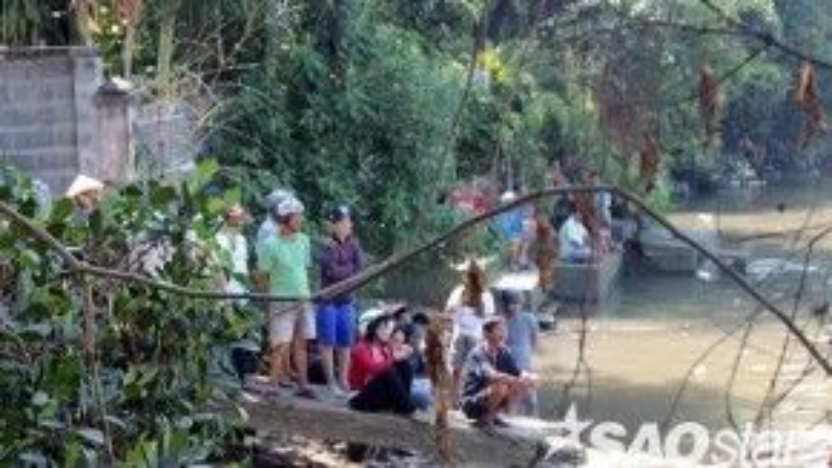 Nghe tin cầu Ghềnh sập, nhiều người dân Biên Hòa chạy đến bờ sông theo dõi vụ việc. Họ chia sẻ, cây cầu này đã gắn liền với nhiều thế hệ người dân Biên Hòa nên vụ tai nạn hôm nay khiến mọi người rất tiếc nuối công trình hơn 100 năm tuổi này.