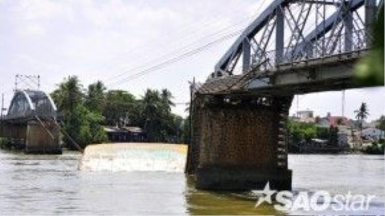 Có ba người đang chạy xe máy trên cầu bị hất văng xuống sông Đồng Nai. Nhiều ca nô cứu hộ của cơ quan chức năng TP Biên Hòa lập tức triển khai đến hiện trường, may mắn cứu sống ba nạn nhân.
