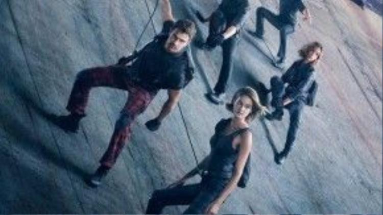 Cả nhóm vượt ra khỏi Bức Tường để tìm kiếm sự thật về thế giới bên ngoài.
