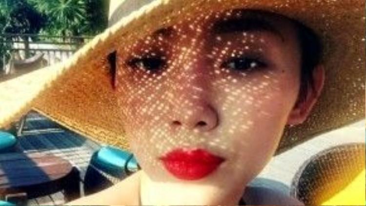 Tóc Tiên đang trong một chuyến nghỉ mát riêng tư. Cô nàng khoe ảnh selfie xinh xắn với nón cói, môi đỏ cùng bikini đen quyến rũ.