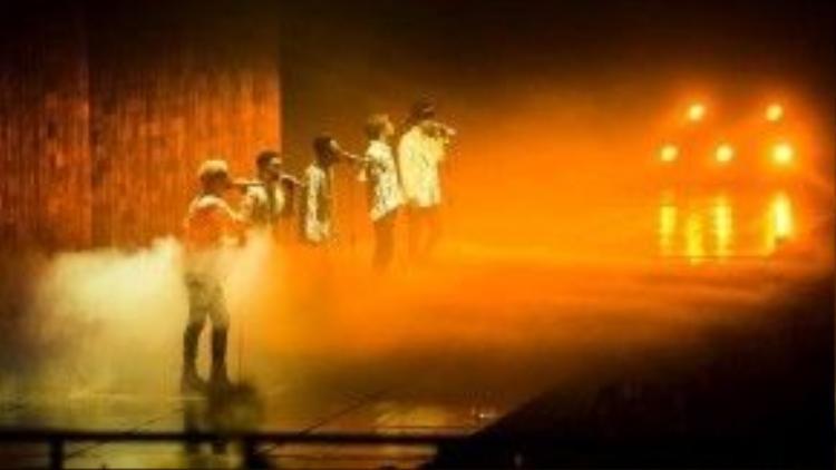 Người hâm mộcòn có cơ hội chứng kiến những khoảnh khắc vô cùng xúc động, 5 thành viên kề vai sát cánh bên nhau, đùa giỡn trên sân khấu,…