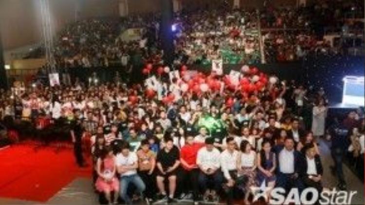 Rất đông fan hâm mộ đã có mặt tại trường quay.