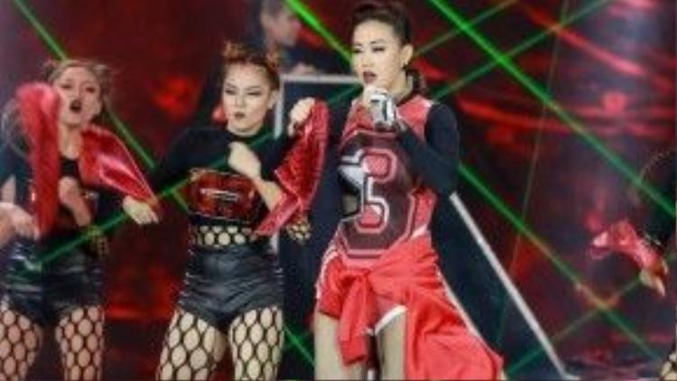 Trước đó, Maya đã từng khiến dư luận rộ lên tin cô cố tình đạo nhái trang phục của Hà Hồ với 2 đêm thi vòng loại của The Remix.