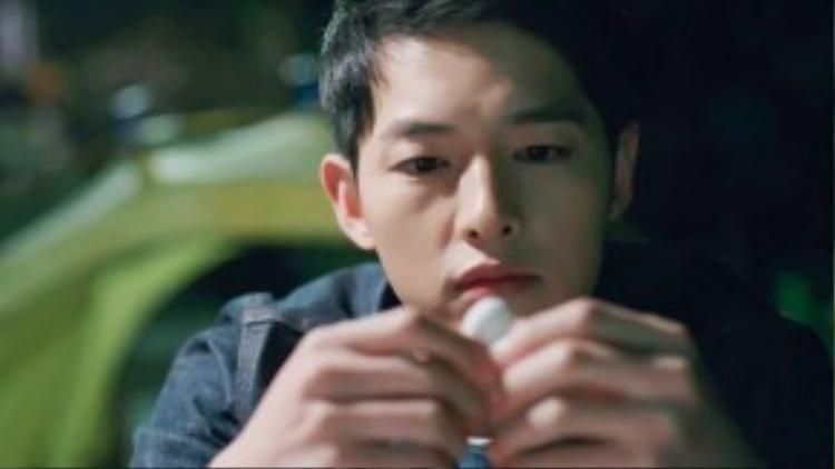 Nhưng rồi sau đó, gương mặt anh lại trông yểu xìu và đáng thương thế này. Thì ra, soái ca vạn người mê Yoo Shi Jin cũng có lúc bị thất tình.