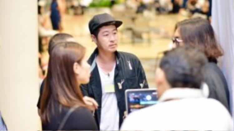 Cả 5 nhà thiết kế Đặng Hải Yến, Phi Phạm, Nguyễn Hoàng Tú, Tùng Vũ và Võ Công Khanh kiên nhẫn làm việc liên tục trong 8 giờ để hoàn thành các công đoạn fitting, tập catwalk, ráp nhạc… thật nhuần nhuyễn theo ý đồ của đạo diễn để mang lại hiệu quả cao nhất…