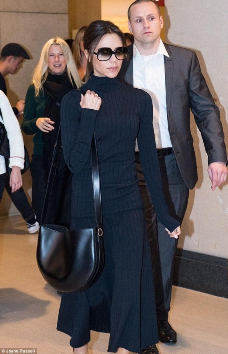 Victoria Beckham diện thiết kế khoe khéo vòng 1 thu hút mọi ánh nhìn