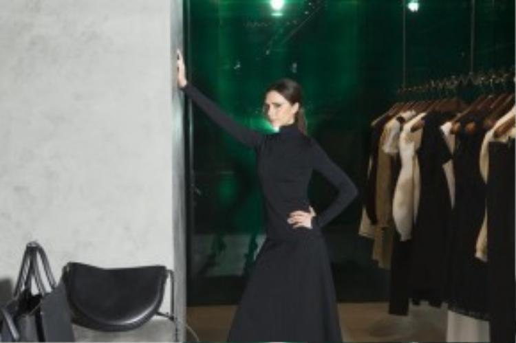 """Vic diện cả cây đen """"kín cổng cao tường"""" trong ngày khai trương cửa hàng Victoria Beckham tại Hong Kong vào 18/3 vừa qua."""