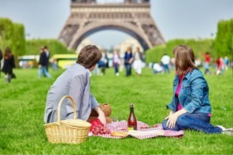 Paris được ví như thành phố của tình yêu, nơi có tháp Eiffel nổi tiếng, nơi các cặp đôi thường lựa chọn đến đây để lưu giữ những kỷ niệm ngọt ngào.