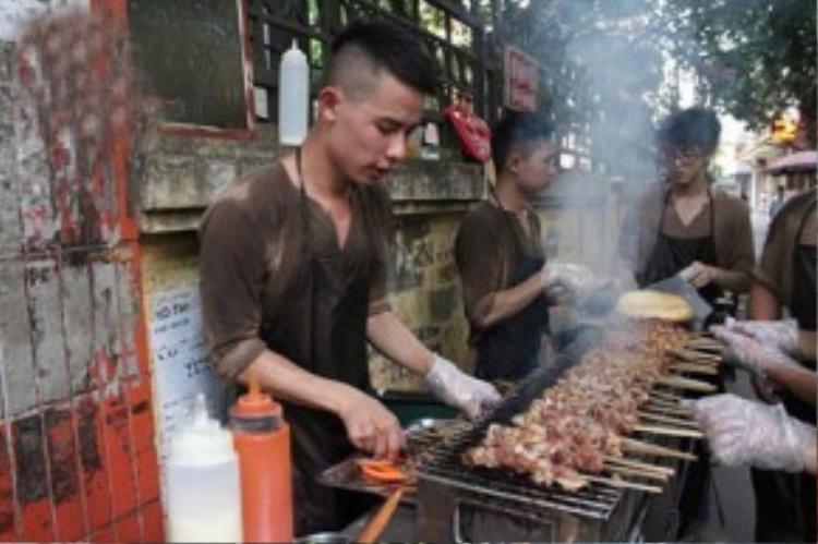Nhiều năm qua,thịt xiên Hoàng Đức luôn xếp top những quán thịt xiên đông khách và ngon nhất Hà Nội.