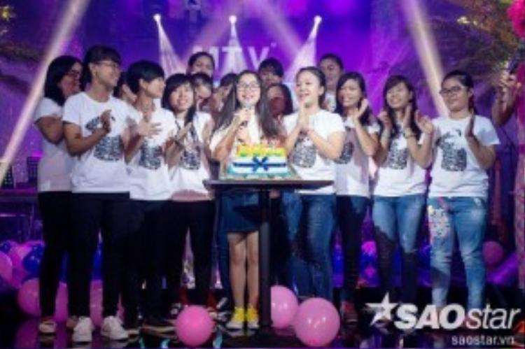 FC còn chuẩn bị cho Nhã Thy những phần quà rất đặc biệt, cùng nhau hát ca khúc chúc mừng sinh nhật và cùng nhau thổi nến.