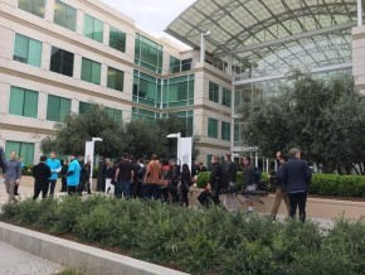 Nhiều nhà báo và các đối tác của Apple đã xếp hàng bên ngoài chờ đợi sự kiện bắt đầu. Phóng viên của trang The Verge chia sẻ đây là một trong những sự kiện có vẻ yên ắng nhất của Apple mà anh từng tham dự.