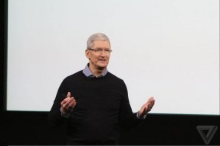 Tim Cook xuất hiện trên sân khấu. CEO Apple khẳng định hơn 1 tỷ thiết bị Apple đang được sử dụng trên toàn thế giới.